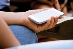 Adolescentes con el teléfono móvil Fotos de archivo