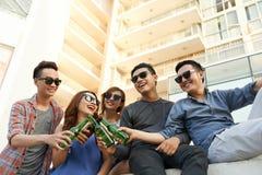 Adolescentes con la cerveza Imagen de archivo libre de regalías