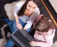 Adolescentes con la computadora portátil Fotografía de archivo libre de regalías