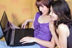 Adolescentes con la computadora portátil Foto de archivo