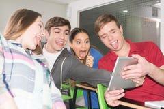Adolescentes con la tableta Imagenes de archivo