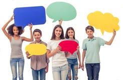 Adolescentes con las burbujas del discurso Foto de archivo