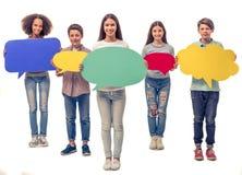Adolescentes con las burbujas del discurso Foto de archivo libre de regalías
