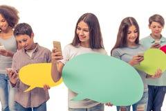Adolescentes con las burbujas del discurso Fotografía de archivo libre de regalías