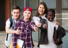 Adolescentes con las carpetas y las mochilas Imagen de archivo