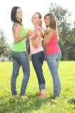 Adolescentes con las frutas en el parque Fotos de archivo