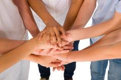 Adolescentes con las manos junto Imagen de archivo libre de regalías