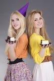Adolescentes con las tortas de cumpleaños Fotografía de archivo