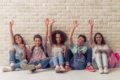 Adolescentes con los artilugios Imagen de archivo libre de regalías