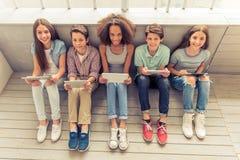 Adolescentes con los artilugios Imágenes de archivo libres de regalías