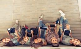 Adolescentes con los artilugios Fotos de archivo