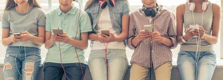 Adolescentes con los artilugios Foto de archivo