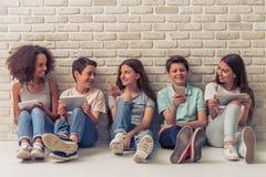 Adolescentes con los artilugios Fotografía de archivo