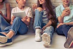 Adolescentes con los artilugios Imagen de archivo