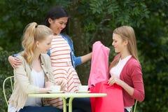 Adolescentes con los bolsos de compras en el café al aire libre Imagen de archivo