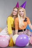 Adolescentes con los globos en una fiesta de cumpleaños Fotos de archivo
