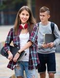 Adolescentes con los monopatines al aire libre Imagenes de archivo
