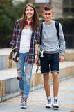 Adolescentes con los monopatines al aire libre Fotografía de archivo libre de regalías