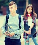Adolescentes con los monopatines al aire libre Fotografía de archivo