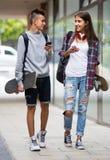 Adolescentes con los monopatines al aire libre Foto de archivo libre de regalías