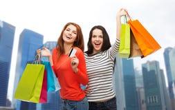 Adolescentes con los panieres y la tarjeta de crédito Fotografía de archivo