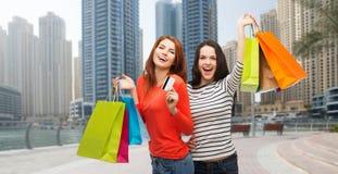 Adolescentes con los panieres y la tarjeta de crédito Fotografía de archivo libre de regalías
