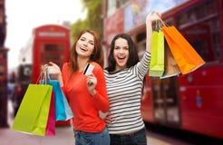 Adolescentes con los panieres y la tarjeta de crédito Imagenes de archivo