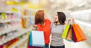 Adolescentes con los panieres y la tarjeta de crédito Fotos de archivo libres de regalías