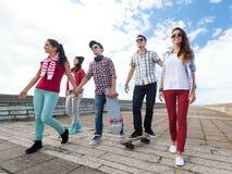 Adolescentes con los patines afuera Fotografía de archivo libre de regalías