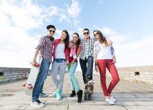 Adolescentes con los patines afuera Imagen de archivo