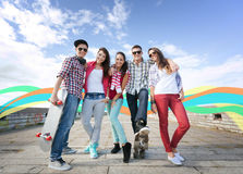 Adolescentes con los patines afuera Imagenes de archivo