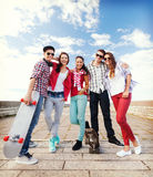 Adolescentes con los patines afuera Fotografía de archivo