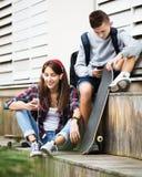 Adolescentes con los smarthphones Fotografía de archivo libre de regalías