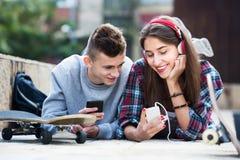 Adolescentes con los smarthphones Fotos de archivo