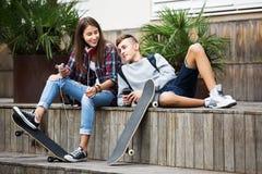 Adolescentes con los smarthphones Foto de archivo