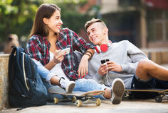 Adolescentes con los smarthphones Fotos de archivo libres de regalías