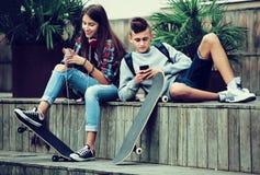 Adolescentes con los smarthphones Imagenes de archivo