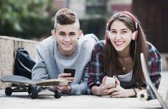 Adolescentes con los smarthphones Foto de archivo libre de regalías