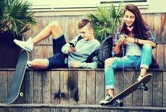 Adolescentes con los smarthphones Fotografía de archivo