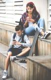 Adolescentes con los smarthphones Imágenes de archivo libres de regalías