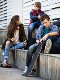Adolescentes con los teléfonos móviles Imagen de archivo libre de regalías