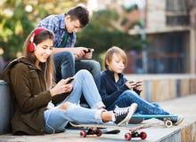 Adolescentes con los teléfonos móviles Fotos de archivo libres de regalías