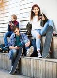 Adolescentes con los teléfonos móviles Foto de archivo