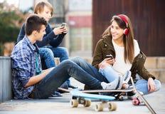 Adolescentes con los teléfonos móviles Fotografía de archivo