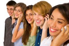 Adolescentes con smartphone Imagen de archivo libre de regalías
