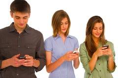 Adolescentes con smartphone Imagen de archivo