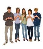 Adolescentes con smartphone Fotos de archivo libres de regalías