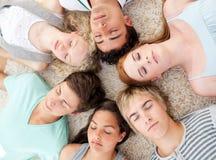 Adolescentes con sus cabezas junto que duermen en el th Foto de archivo libre de regalías