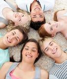 Adolescentes con sus cabezas junto que sonríen Fotografía de archivo libre de regalías