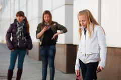 Adolescentes con teléfonos móviles Fotos de archivo libres de regalías